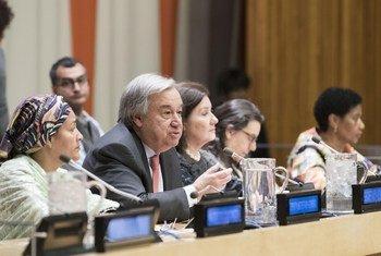 Le Secrétaire général de l'ONU, António Guterres (au centre), lors d'une réunion publique organisée dans le cadre de la 62e session de la Commission de la condition de la femme.