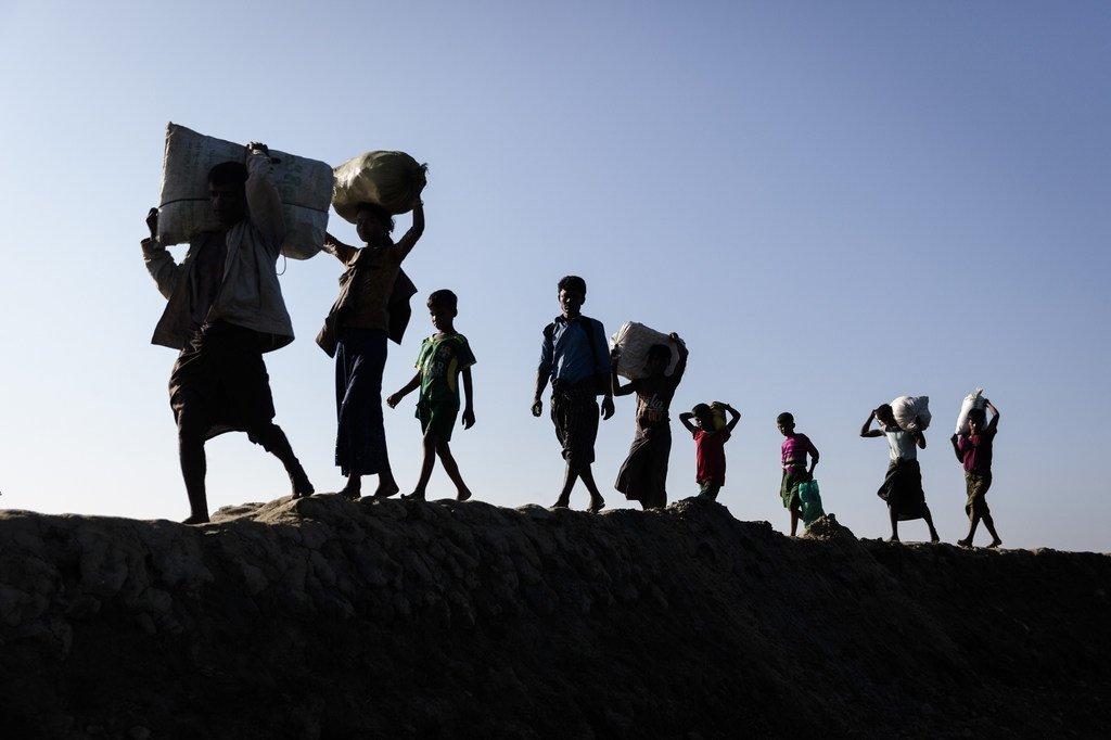 Wakimbizi warohingya wanaowasili nchini Bangladesh wakiwasili Teknaf, eneo la Cox's Bazar.