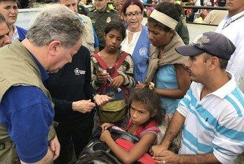 Дэвид Бизли встречается с венесуэльскими беженцами в Колумбии