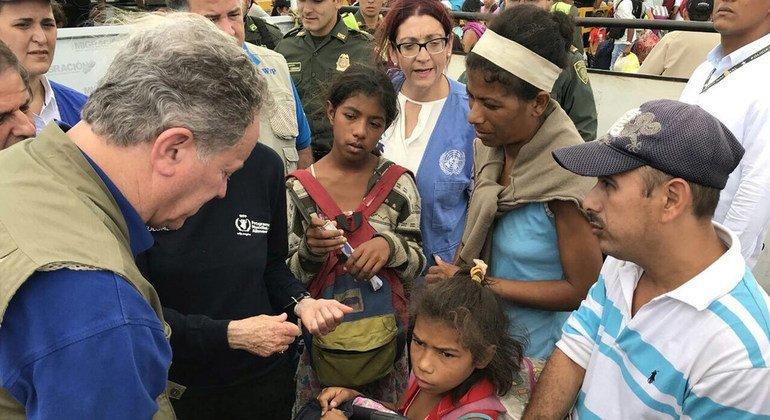 David Beasley, director ejecutivo del PMA, se reúne con refugiados venezolanos en Colombia.