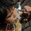 一名儿童使用水龙头饮水 。