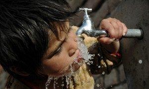 Миллионы людей испытывают дефицит пресной воды, многие умирают от болезней, связанных с отсутствием надлежащих водоснабжения, санитарии и гигиены