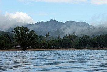 所罗门群岛是由南太平洋上百个岛屿组成的国家,大多居住在高岛上。