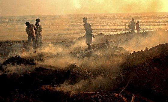 Pescadores de Tamil Nadu, na Índia, vasculham os destroços de sua vila após o tsunami de 2004 no Oceano Índico.