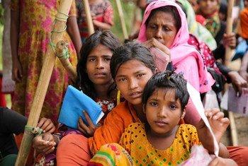 Wanawake na watoto wasubiri msaada wa kibinadamu Cox's Bazar, Bangladesh, ambapo milioni moja ya wakimbizi wa Rohingya wamehifadhiwa.