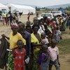 Wakimbizi waliotoroka vita nchini DRC wakiwa kwenye foleni wakisubiri kusajiliwa  na kuhakikiwa kwenye kituo cha uandikishaji cha Oruchinga nchini Uganda