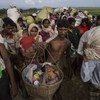 一名罗兴亚难民将孩子放在竹篮里,与其他难民一起抵达孟加拉国。自去年八月以来,共有超过67万罗兴亚人为躲避暴力从缅甸逃往孟加拉国。联合国难民署今天表示,缅甸仍不具备让难民重返家园的条件。