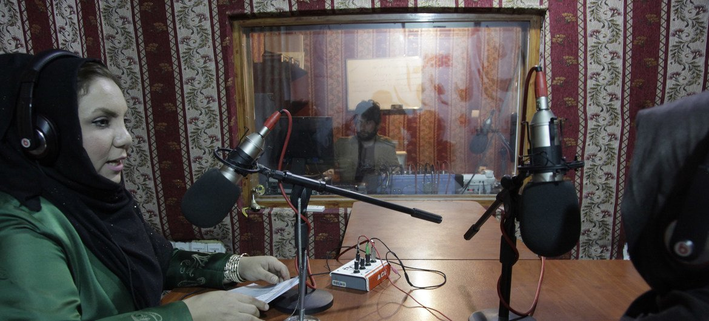 Afghanistan : dans la province de Badghis, la Mission de l'ONU appuie une émission de radio impliquant des femmes et qui donne la parole aux communautés locales.
