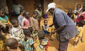 William Ajili, 70 ans, partage la nourriture que lui et sa famille ont avec la famille de réfugiés camerounais qu'il héberge dans sa maison au Nigeria. La famille a fui les répressions et les violences en cours au Cameroun anglophone.
