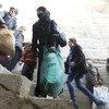 叙利亚难民正在等待将他们带离东古塔地区的巴士。据人道主义机构报道,叙利亚全国各地都有百姓流离失所,其中西北地区、阿夫林和东古塔的情况尤为严重。2018年,人道主义机构需要的91亿美元援助资金目前只有23亿到位,缺乏资金就意味着最脆弱的群体和最困难的家庭得不到所需的援助。