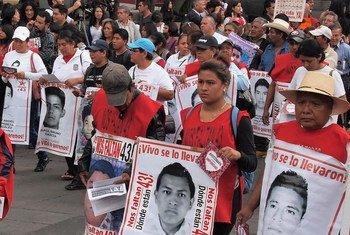 墨西哥阿约钦纳帕师范学员43名学生失踪案件引发墨西哥城街头示威活动。