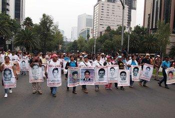 Maandamano mjini Mexico City kuhusu kesi ya shule ya kijijini ya Ayoitzinapa ambapo wanafunzi 43 waliopotea walikuwa akisomea.