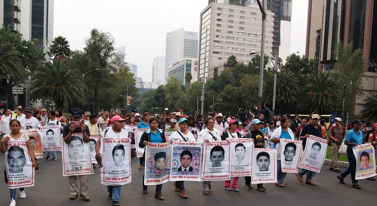 Manifestación en la Ciudad de México en protesta por la desaparición de los 43 estudiantes de Ayotzinapa