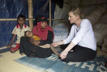 Huko Cox's Bazar, Bangladesh, Balozi mwema wa UNHCR Cate Blanchett anakutana na Jhura, mwanamke mwenye umri wa miaka 28 ambaye alikimbia Myanmar pamoja na watoto wake wawili, anahofia mumewe aliuawa.