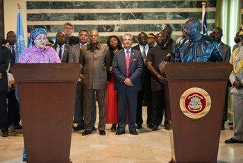 La vicesecretaria general de la ONU Amina Mohammed durante una conferencia de prensa con el presidente de la República de Liberia, George Weah.
