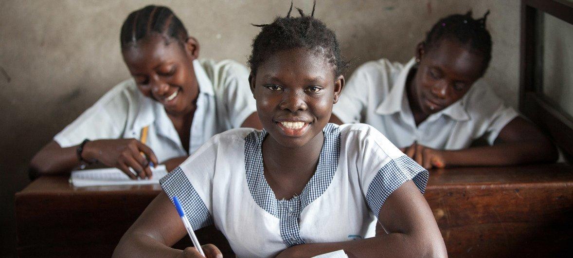 Florence, una estudiante congoleña de catorce años, en la escuela de educación secundaria Hope, en la localidad de Kalamu, en el distrito de Kinshasa.