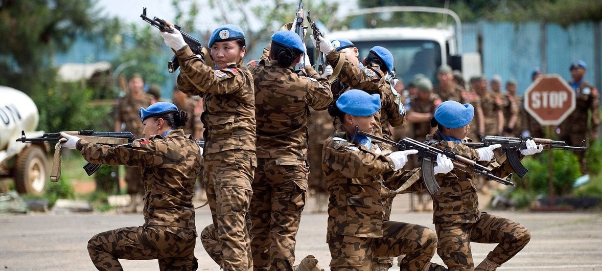 Mongolian peacekeepers serving in a guard unit assigned to protect the Special Court for Sierra Leone perform a tactical exercise (26 November 2008).