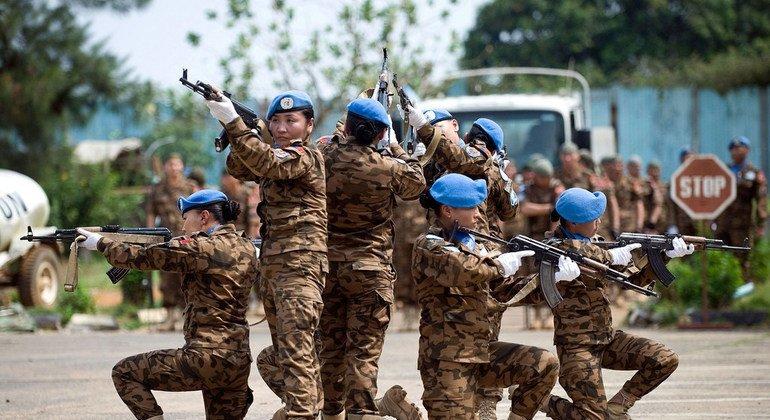 Монгольские миротворцы на учебной практике по защите Специального суда по Сьерра-Леоне (26 ноября 2008 года)