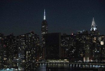 L'ONU participe à l'événement 'L'Heure pour la Terre' en éteignant les lumières de son siège à New York pendant une heure.