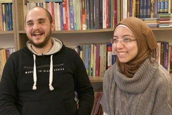 ندى جاءت إلى إسطنبول قبل أربع سنوات كلاجئة ووجدت أن أكثر ما تفتقده هو القراءة، فقررت إنشاء مكتبة لإعارة الكتب وتقوم حاليا مع شريكها محمد بتوسيع نشاطها بمساعدة مفوضية اللاجئين