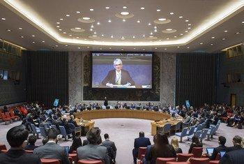 Mark Lowcock, no ecrã, informa os Estados-membros do Conselho de Segurança.