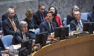 Le Premier ministre des Pays-Bas, Mark Rutte (au centre), dont le pays préside le Conseil de sécurité en mars, le Secrétaire général, António Guterres (à gauche) et le Secrétaire général adjoint aux affaires politiques, Jeffrey Feltman (à droite).