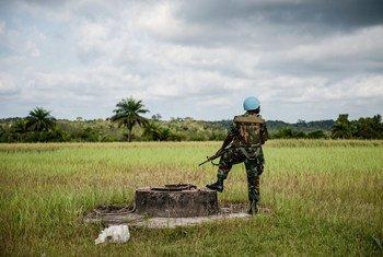 Un Casque bleu du Ghana lors d'une visite d'un responsable de l'ONU à Cestos City, au Libéria, en 2012.