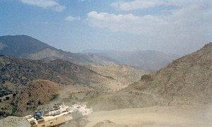 2001年6月,联合国埃塞俄比亚和厄立特里亚特派团的一辆装甲运兵车在两国边境沿线缓冲地带巡逻。