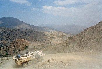 Kifaru cha kikosi cha jeshi la kulinda amani Eritrea na Ethiopia UNMEE likishika  doria katika eneo la mpaka kati ya nchi hizo mbili mwaka 2001