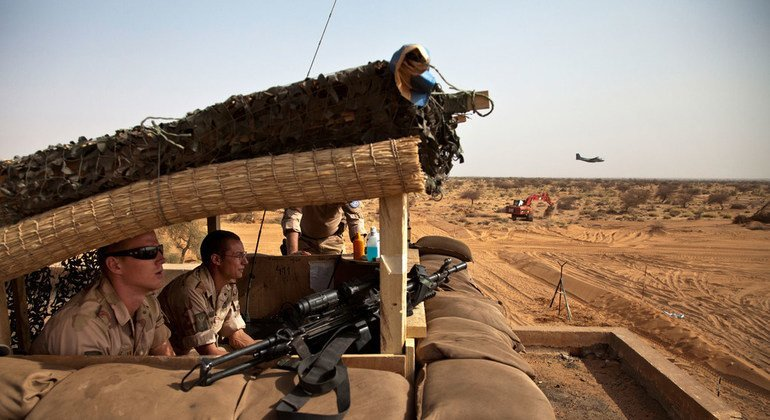 Peacekeepers from the Netherlands serving with the UN Multidimensional Integrated Stabilization Mission in Mali (MINUSMA) keep watch from their guard station on the rooftop of an abandoned building, at the site of their military camp in Gao (26 February 2