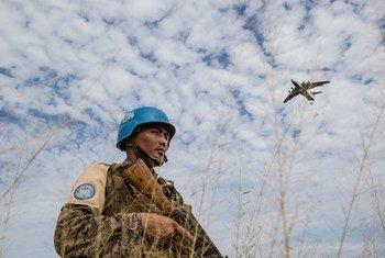 Unmiss lembra que militares da ONU protegem as famílias deslocadas em situação de vulnerabilidade.