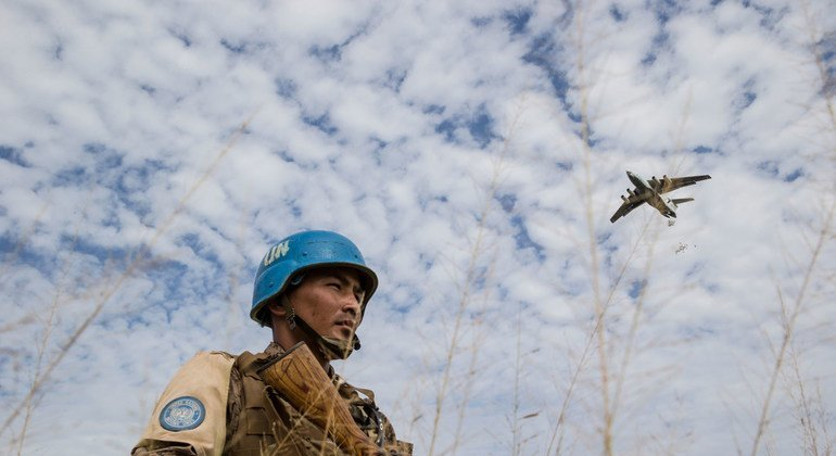 Монгольский миротворец следит за сохраностью пайков, сбрасываемых с воздуха в Бентиу, Южный Судан (25 октября 2015 года)