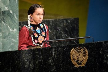 المدافعة عن قضايا المياه أوتوم بيلتييه، البالغة من العمر 13 عاما والمنتمية  إلى شعب ويكويمكونغ من الشعوب الأصلية في كندا تتحدث في مراسم إطلاق العقد الدولي للعمل من أجل المياه في قاعة الجمعية العامة للأمم المتحدة