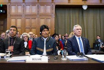 El presidente de Bolivia, Evo Motales, asiste a la apertura de las declaraciones en el caso sobre el acceso al océano Pacífico que enfrenta a Bolivia y Chile.
