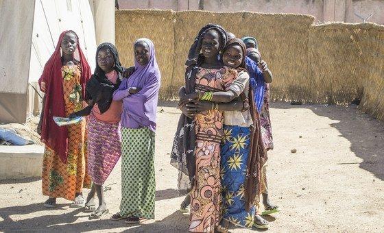 Des adolescentes dans un camp de déplacés au Nigéria.