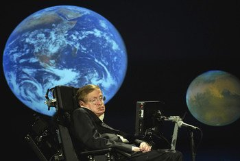 史蒂芬・霍金教授2008年4月21日在乔治·华盛顿大学发表演讲。