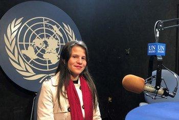 Jessica Hernández en el estudio de Radio ONU