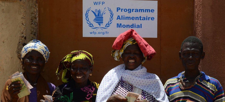 Le PAM fournit une assistance directe, soit en espèces, soit en coupon alimentaire aux petits producteurs de la commune de Nossombougou au Mali.