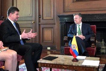 El presidente de la Asamblea General, Miroslav Lajčák (izq.), durante su encuentro con el presidente de Colombia, Juan Manuel Santos.