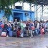 Venezolanos en Pacaraima, ciudad fronteriza con Venezuela,  esperando en las dependencias de la Policía Federal, encargada de recibir a los solicitantes de asilo o permisos especiales de residencia en Brasil, el 16 de febrero de 2018.