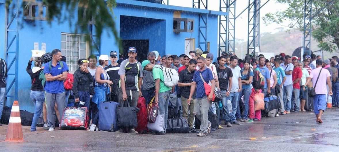 Venezuelani in arrivo a Pacaraima, città di frontiera con il Venezuela, attendono la polizia federale, l'ente responsabile della ricezione dei venezuelani in Brasile, 16 febbraio 2018. Credits to: UNHCR.