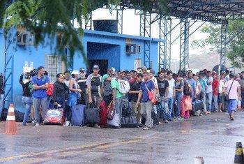 Pacaraima, Brésil : des Vénézuéliens arrivés à la frontière attendent à un poste de la police fédérale brésilienne chargée de traiter les demandes d'asile ou de permis de séjour spéciaux au Brésil. 16 février 2018.