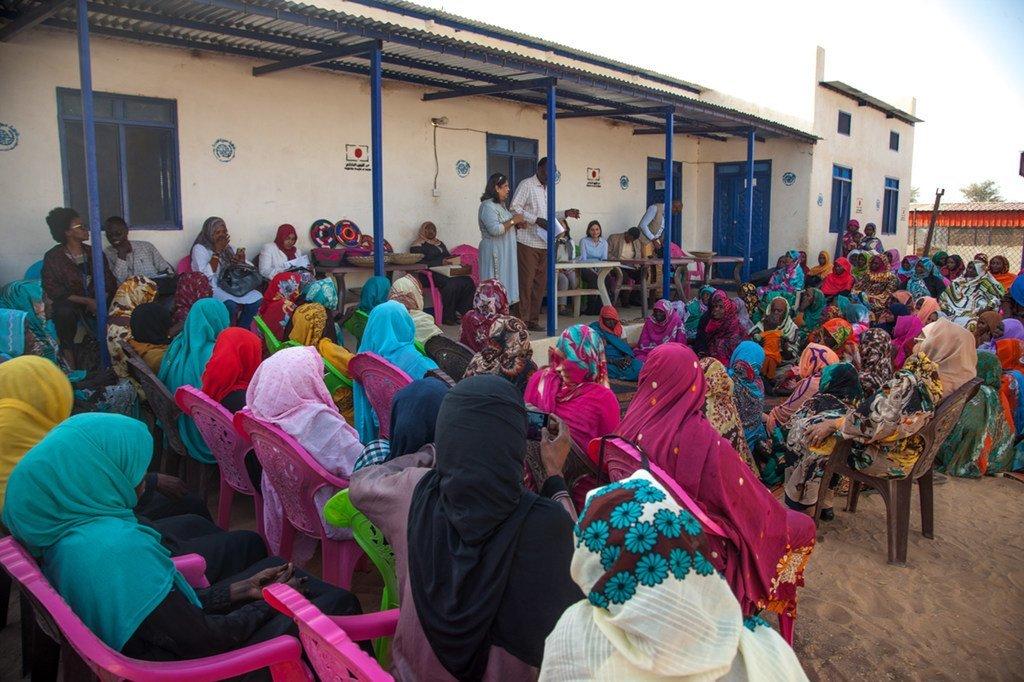 Pramila Patten, Représentante spéciale du Secrétaire général chargée de la violence sexuelle en temps de conflit, s'adressant à des femmes au Darfour, en février 2018.