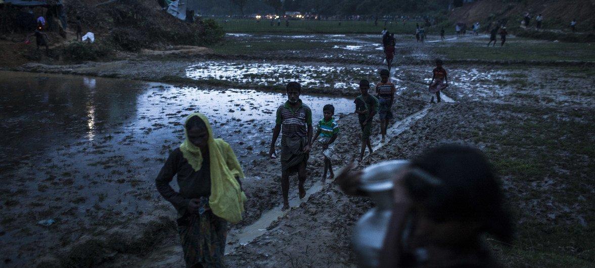 बांग्लादेश के कॉक्स बाज़ार के एक शिविर में रोहिंज्या शरणार्थी