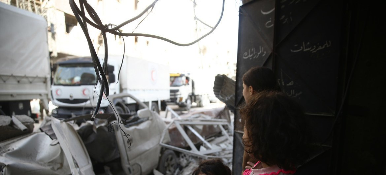 قافلة مساعدات إنسانية تدخل إلى دوما في الغوطة الشرقية بسوريا، في الخامس من مارس/آذار.