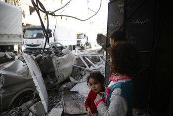 Niños de Guta, Siria, ven pasar los camiones de la ONU y la Media Luna Roja con ayuda humanitaria para 27.5000 personas.