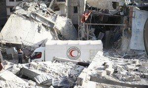 سيارة تابعة للهلال الأحمر العربي السوري في طريقها إلى تقديم المساعدات وسط الركام الناتج عن الصراع. منذ بدء الأزمة السورية عام 2011، لقي مئات العاملين في المجال الإنساني ومقدمي الخدمات في سوريا مصرعهم أثناء تأدية عملهم.