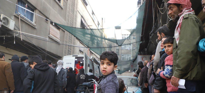 Residentes de Guta Oriental, Siria, esperan para recibir ayuda de la ONU.