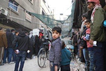 Fila de pessoas para receber ajuda humanitária em Ghouta Oriental.