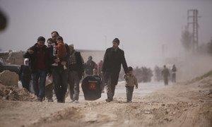 Семьи с детьми покидают г. Бейт-Сава в Восточной Гуте - районе, находящемся под постоянным обстрелом.